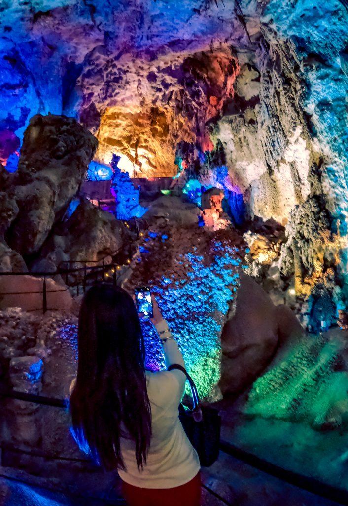 Vista desde abajo de la bóveda de las Cuevas de Canelobre